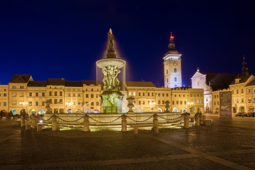 Brunnen am Stadtplatz in Budweis, Kašna na náměstí v Českých Budějovicích